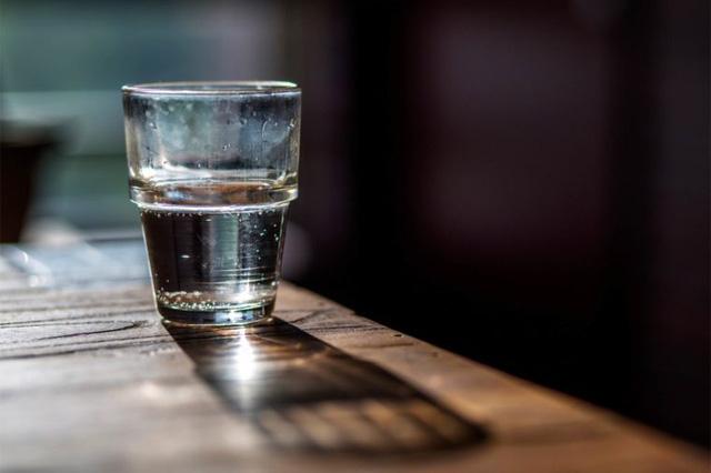 Liệu uống nước đã để qua đêm hoặc lâu hơn sẽ gây hại cho sức khỏe của bạn?